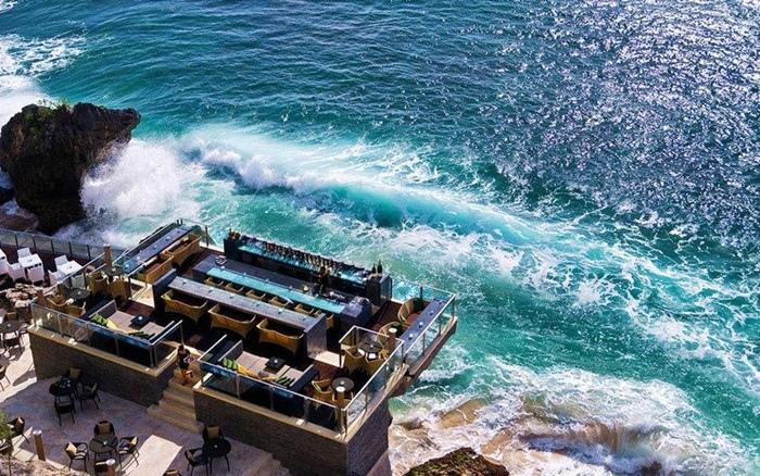【峇里島驚奇景點(24)】岩石酒吧Rock Bar,坐落於岩石峭壁旁的厲害酒吧,峇里島必去酷酒吧!