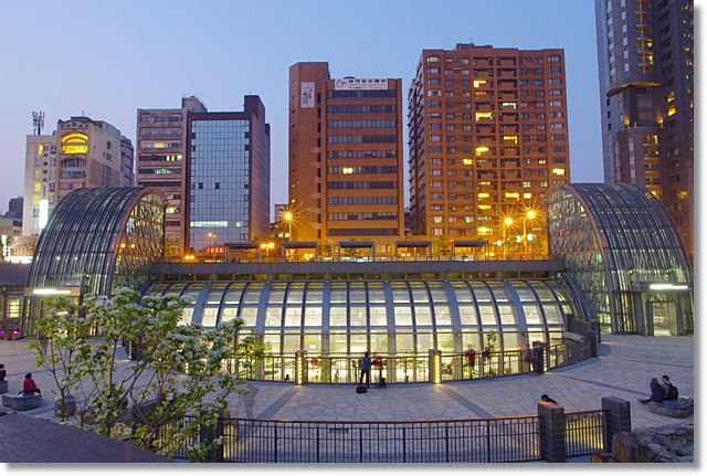 [台北捷運景點] 大安森林公園站 ♥  最美麗的捷運站,來這邊必看水舞秀 @小環妞 幸福足跡
