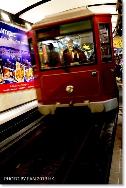 [2013香港自由行]山頂纜車 ♥ 超特別!!45度角傾斜~讓你躺著看夜景的百年纜車