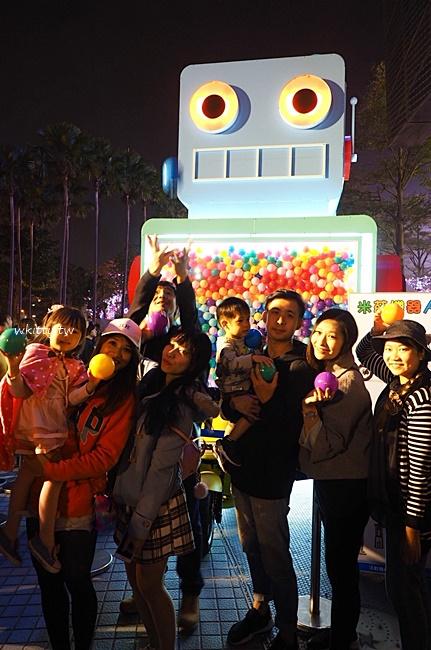 【高雄夢時代扭蛋機】復古巨型機器人扭蛋機,試試你新年的手氣唷 @小環妞 幸福足跡