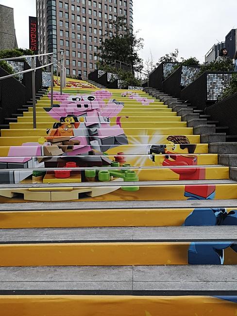 【統一時代百貨樂高LEGO】巨大樂高車站現身台北信義區,萌翻! @小環妞 幸福足跡