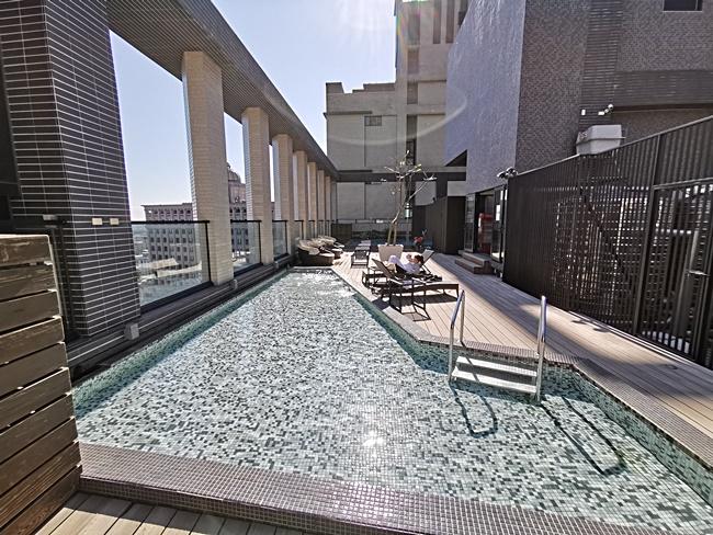 【宜蘭礁溪住宿】誠闊礁溪渡假飯店,房間有超大浴池,24hr飲料甜點吧 @小環妞 幸福足跡