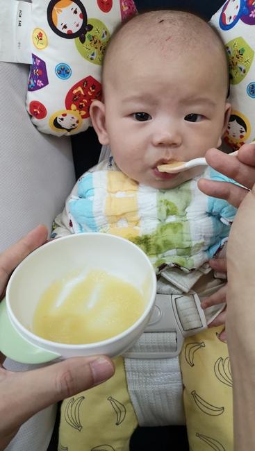 【副食品菜單】蘋果泥,幾乎所有寶寶都會喜歡,提升嬰兒食慾的水果 @小環妞 幸福足跡