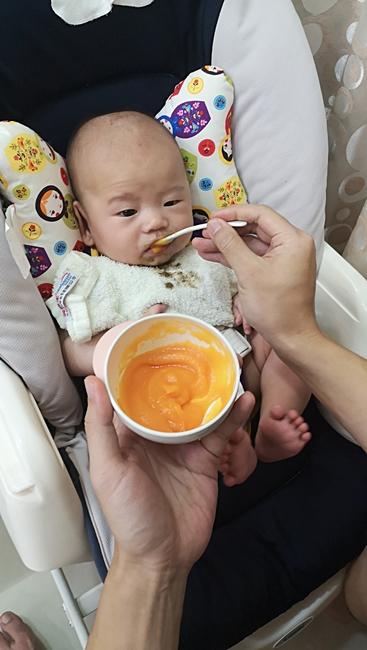【副食品】紅蘿蔔泥,紅蘿蔔米糊,原來紅蘿蔔這麼甜,養成不挑食寶寶 @小環妞 幸福足跡