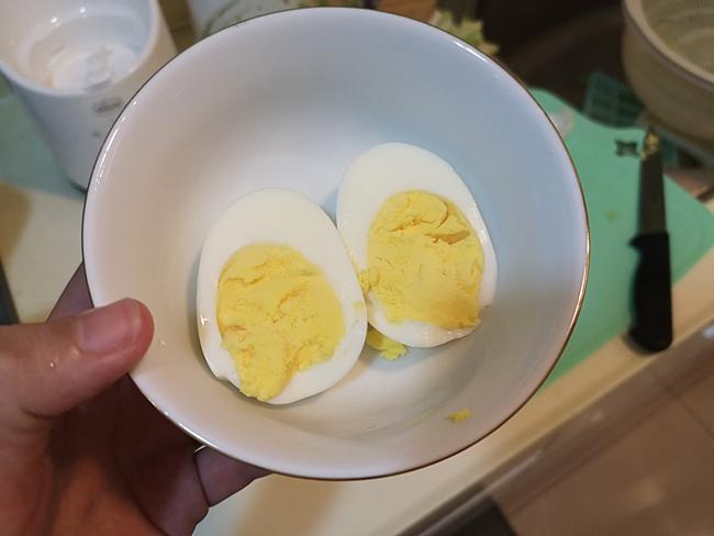 【寶寶副食品作法】蛋黃泥,賀!寶寶開葷了,超簡易雞蛋電鍋版做法 @小環妞 幸福足跡