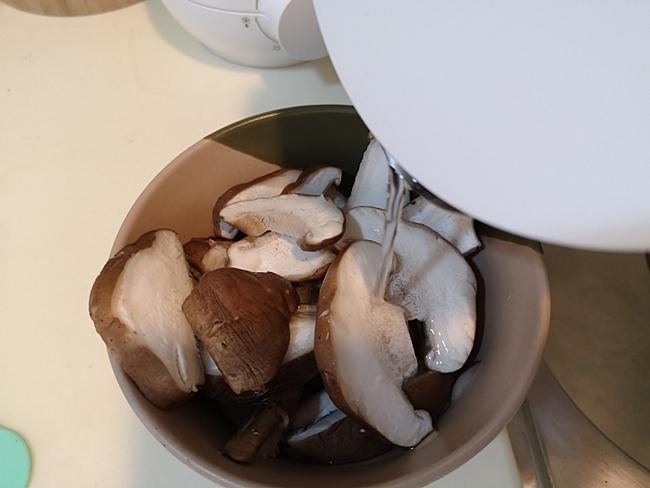 【寶寶5M副食品食譜】香菇泥,香菇米糊,菇類初體驗,便便會很臭喔 @小環妞 幸福足跡