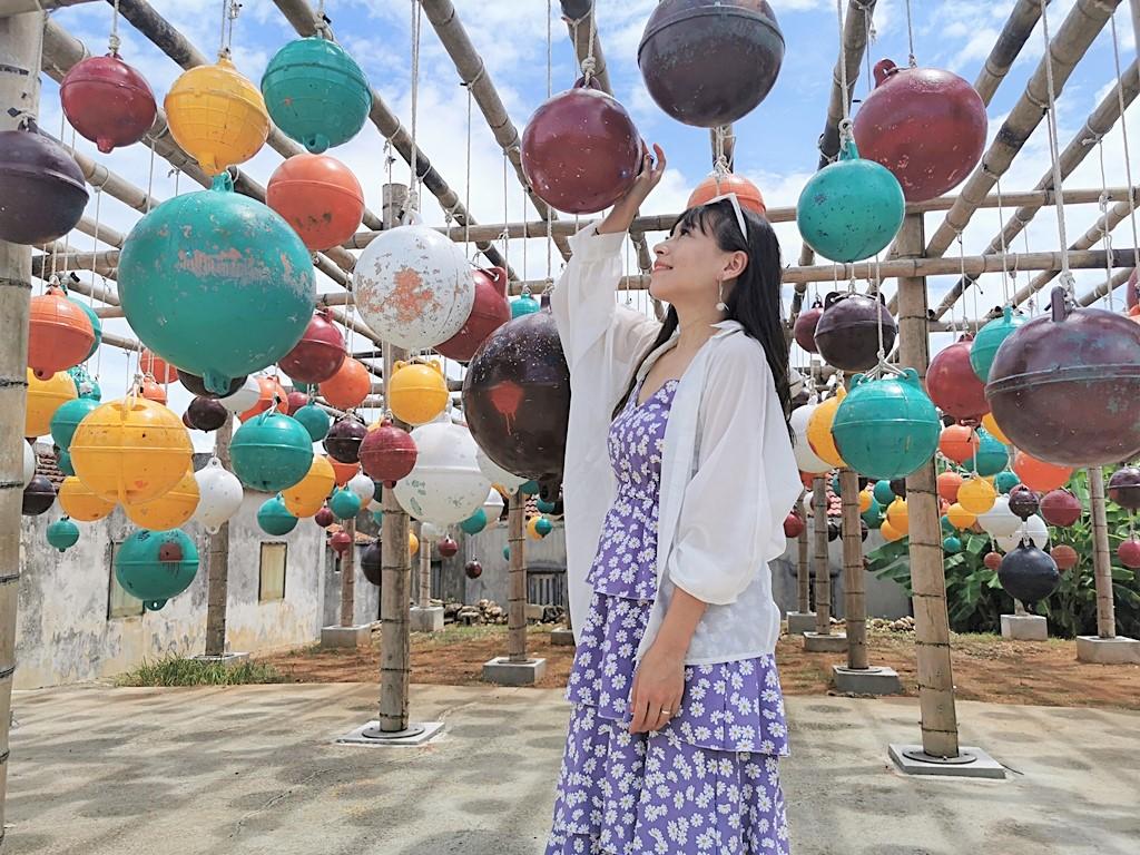 【澎湖湖西鄉景點】南寮古厝彩色浮球秘境,大太陽下鮮豔的彩色浮球,怎麼拍都網美 @小環妞 幸福足跡